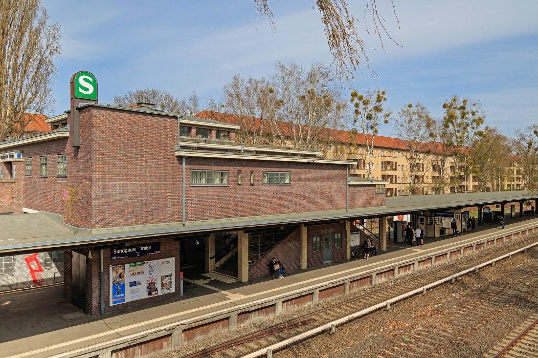 2880px-S-Bahn_Berlin_SundgauerStr_04-2015